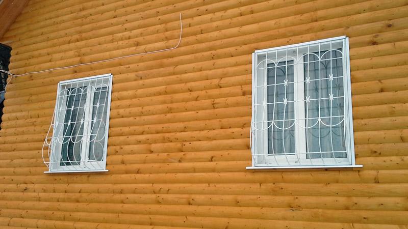 Белые оконные решётки на частном доме